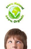 Jonge hoofd kijken naar groene eco teken — Stockfoto