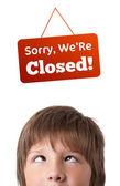 Cabeça de jovens olhando fechada e abra sinais — Foto Stock