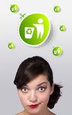 молодая девушка, глядя на зеленый эко знак — Стоковое фото