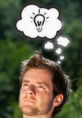 Unga huvud tänkande med moln — Stockfoto