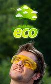 Testa di giovane guardando il segno verde eco — Foto Stock