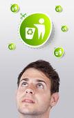 Unga huvud tittar på grön eco tecken — Stockfoto