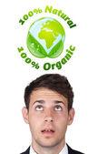 Junge kopf blick auf grüne öko-zeichen — Stockfoto