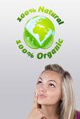 Giovane ragazza guardando il segno verde eco — Foto Stock