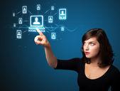 Empresária pressionando moderno tipo social de ícones — Fotografia Stock