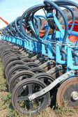Tractor y sembradora en un campo de cultivos — Foto de Stock