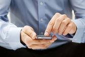 关闭一名男子使用智能手机 — 图库照片