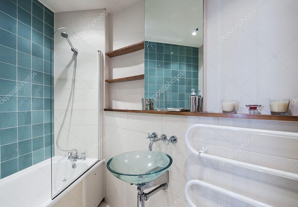 Badkamer met groene elementen  u2014 Stockfoto  u00a9 jrphoto #7505347