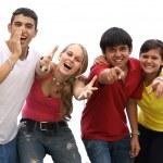 ευτυχισμένη ομάδα καλωσορίζοντας τα παιδιά ή teens — Φωτογραφία Αρχείου