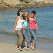 夏の休日のビーチに沿って歩いている女の子のグループ — ストック写真