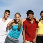 rozmanitost, přátelské skupiny příjemné děti, studenty a mládež — Stock fotografie