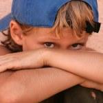 utangaç yalnız mutsuz korkmuş üzgün sokak çocuğu — Stok fotoğraf