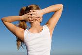 Młoda kobieta robi wyciąganie rozgrzewki ćwiczenia na świeżym powietrzu — Zdjęcie stockowe