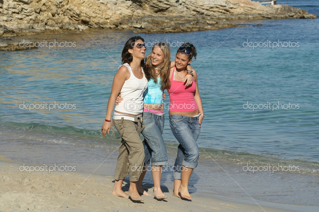 Group of girls walking along the beach on summer holiday — Stock Photo #6950034