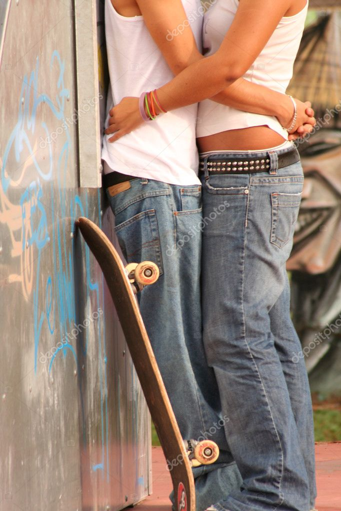 Teens in skate park, first love — Stock Photo #6950189
