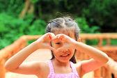 Portret piękna dziewczyna szuka szczęśliwy — Zdjęcie stockowe