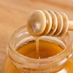 Fresh gold honey dipper — Stock Photo