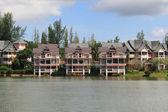 2 湖の近くのオレンジ家 — ストック写真