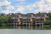 橙色 3 湖附近的房子 — 图库照片