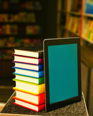 Pila de libros con un tablet pc — Foto de Stock