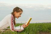 Genç kız bir alanı adlı bir kitap okuma — Stok fotoğraf