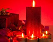 Velas e presentes sobre fundo vermelho — Foto Stock