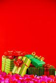 Owinięte pola prezenty na czerwonym tle — Zdjęcie stockowe