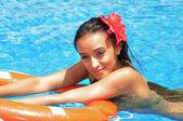 Piękna brunetka dama w basenie — Zdjęcie stockowe