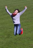 Adolescente pulando sobre o estádio. — Fotografia Stock