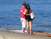 在海滩上勇 cople — 图库照片