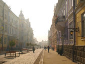 The morning fog on the main street of the Chernivtsi — Stock Photo