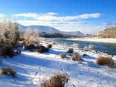 Winterlandschap met sneeuw bomen en rivier in Bergen — Stockfoto