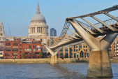 Мост Миллениум и st pauls — Стоковое фото