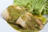 魚のステーキと野菜の白いプレート上 — ストック写真