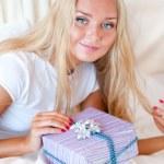 yatak odası sürpriz hediyesi - mutlu kadın yatak odasında — Stok fotoğraf #6767243