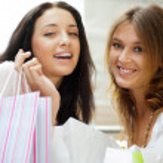 dwa podekscytowany zakupy kobieta razem wewnątrz centrum handlowego. głowicami p. — Zdjęcie stockowe