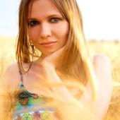 Jovem mulher feliz no campo — Foto Stock