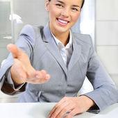 Бизнес Женщина дает рукопожатие в ее офисе — Стоковое фото