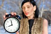 Closeup ritratto di donna alla moda, indossando abiti di pelliccia holdin — Foto Stock