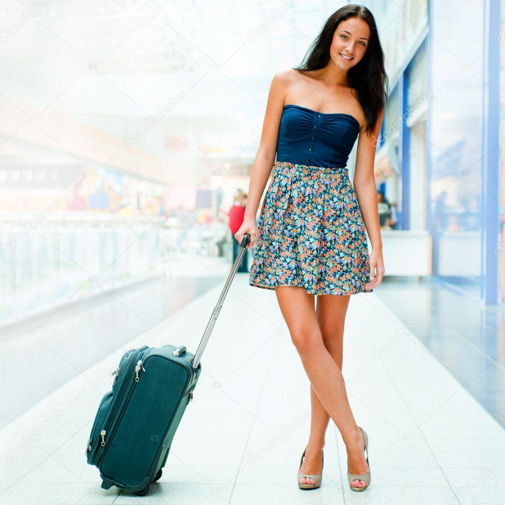 Фото девушки с чемоданом на аву