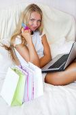 Söt online shopping flicka på hennes hem — Stockfoto