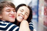 Młody mężczyzna jego dziewczyna z otwartymi ramionami na lotnisko arr — Zdjęcie stockowe