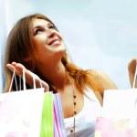 ショッピング モール内袋笑顔の多くを持つ女性。彼女はハップ — ストック写真