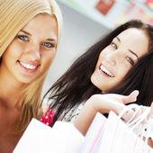 Grupa piękne zakupy kobiet z torby i uśmiechając się — Zdjęcie stockowe