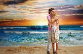 Kumsalda kucaklayan ve zevk aşık genç bir çift portresi — Stok fotoğraf