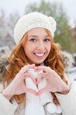 Ritratto di donna bella giovane capelli rossi all'aperto in inverno lo — Foto Stock