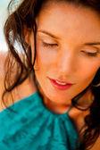 Bella giovane donna con sguardo caldo e sexy sorriso seduto vicino a poo — Foto Stock