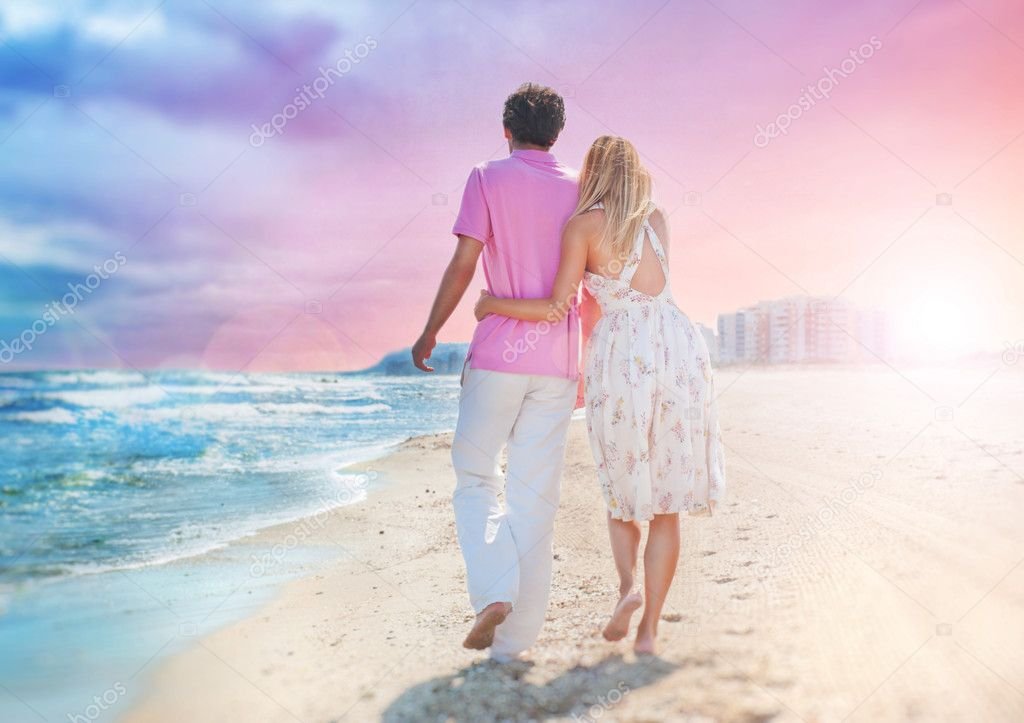Idealistic poster for advertisement. Couple at the beach holding hands embracing and walking. Sunny day, bright colors. Photo from behind.  Europe, Spain, Costa — Lizenzfreies Foto #7558729