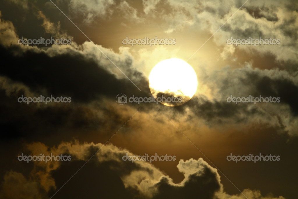 The morning sun seen behind the clouds with its silver glow — Stock Photo #6755149