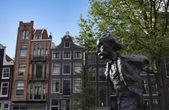 голландия, амстердам, памятник мультатули, известный голландский поэт — Стоковое фото